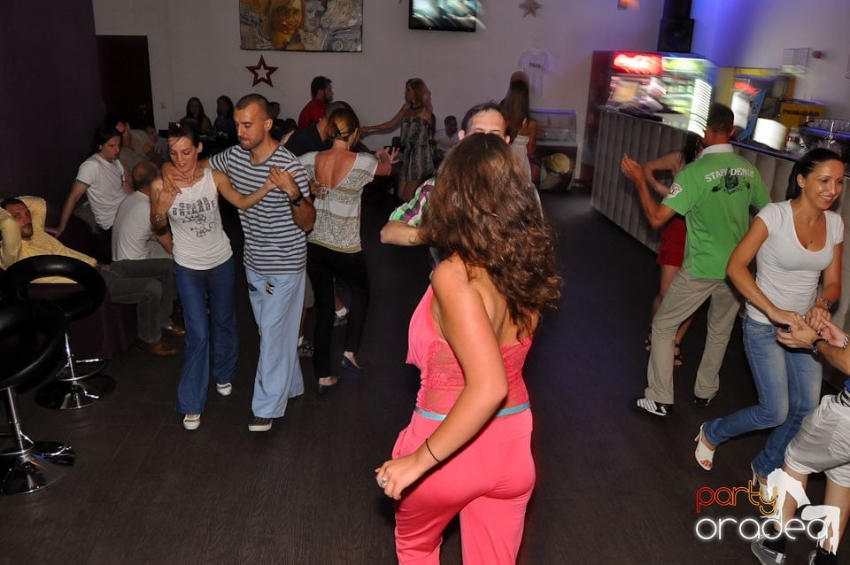 The city is dancing in Blondy's Art Café, Blondy's Art Café